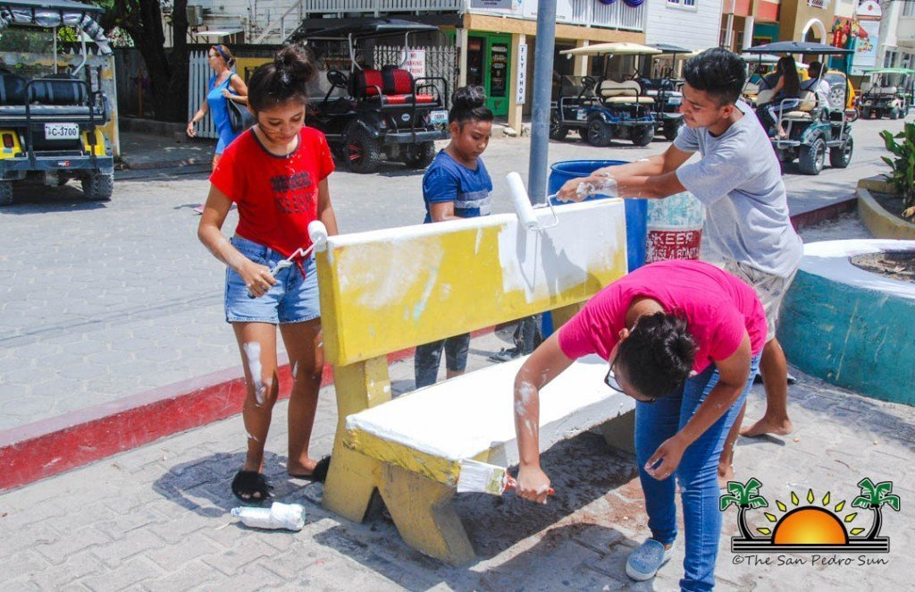 Sptc And Volunteers Repaint Central Park Benches The San Pedro Sun
